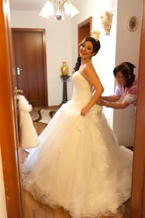 Mutter hilft der Braut