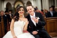 glückliches Paar in der Kirche