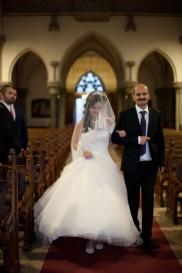 Papa begleitet Braut zum Altar