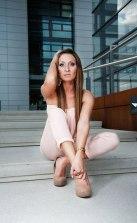 Galyna in einer typischen Pose vor den Kranhäuser