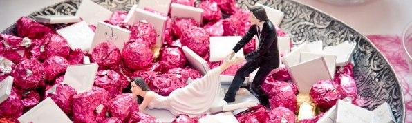 Schale voller Süßigkeiten am Hochzeitstisch