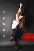 Verschiedene Posen von Model Valeriya im Fotostudio