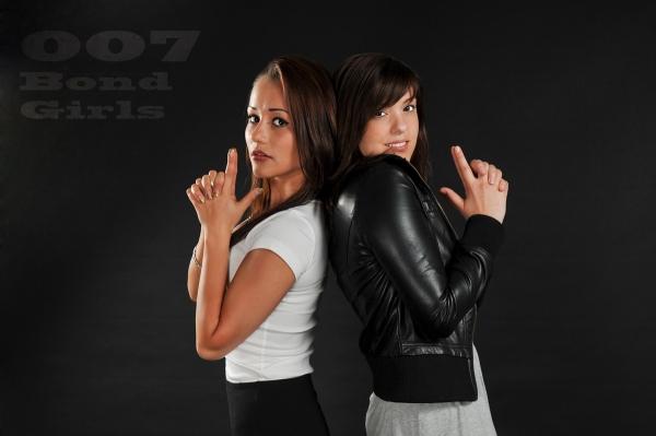 Modelle Jessica und Valeriya am Posen im Studio
