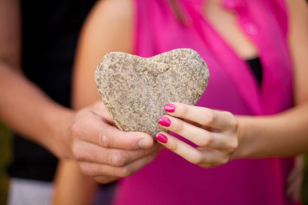 Hochzeitsfoto vom steinernen Herzen
