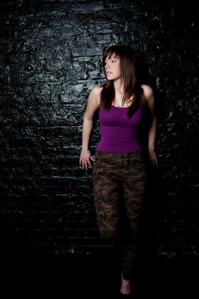 Für ein professionelles Model ist das Posen vor der Kamera sehr wichtig. Hier gibt es verschiedene Beispiele wie das bei einem Fotoshooting aussehen kann