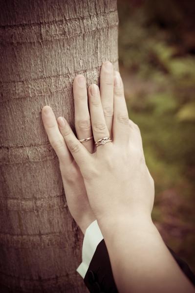 Händehalten vom frisch vermählten Paar