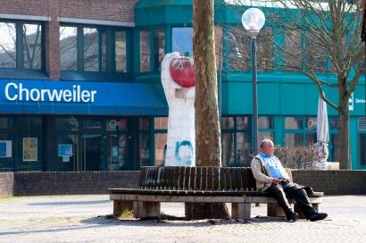 Rentner auf einer Bank in Chorweiler