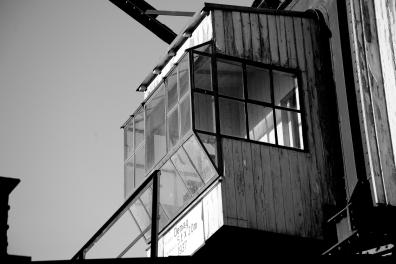 Ein alter kran im Hafen von Köln in schwarz weiss