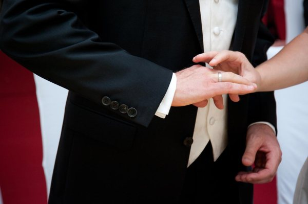 Mit dem Anstecken der Ringe ist die Hochzeit fast vollbracht