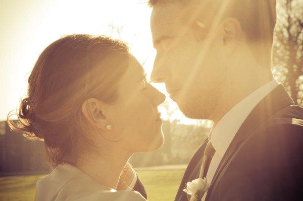 Sonnenstrahlen am Hochzeitstag kann man wunderbar für Hochzeitsfotos nutzen