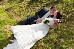 Das Paar genießt das Fotoshooting auf der Wiese