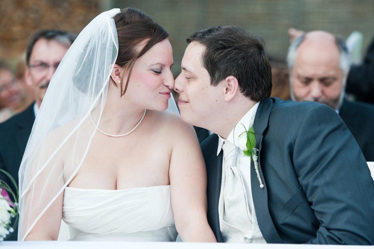 Das Paar hat noch etwas Zeit zum Schmusen bevor die Zeremonie beginnt