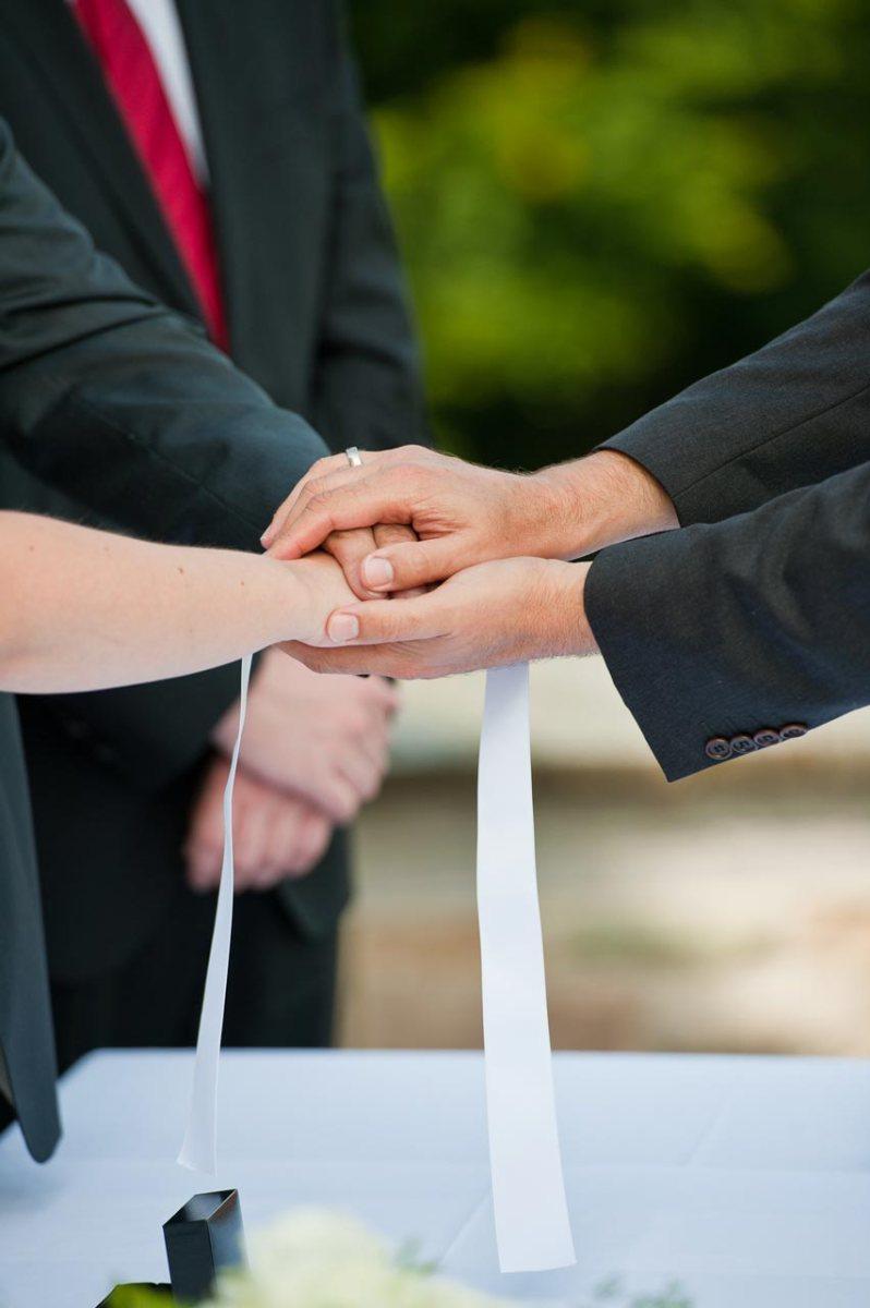 Hier wird das Brautpaar vom Standesbeamten gesegnet