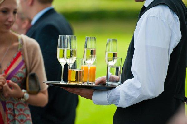 Hochzeitsfotograf hält auch den Sektempfang bildlich für die Ewigkeit fest