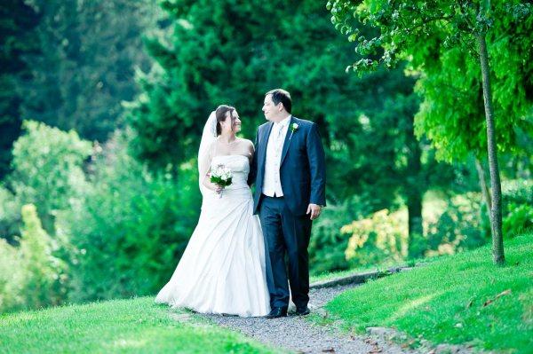 Der Hochzeitsfotograf Octavian Barabas beim Brautpaar Shooting im Grünen