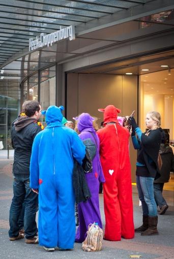 Gruppe als Bären verkleidet vor P&C