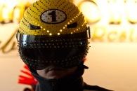 Warum nicht auch ein Helm, denkt sich dieser Karnevalsgast