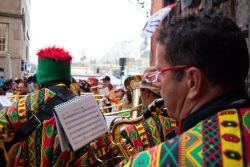 Fröhliche Band spielt in der Kölner Altstadt