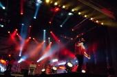 Eine kölner Band stimmt die Leute mit Karnevalsmusik ein