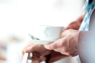 Mann gönnt sich eine Kaffeepause