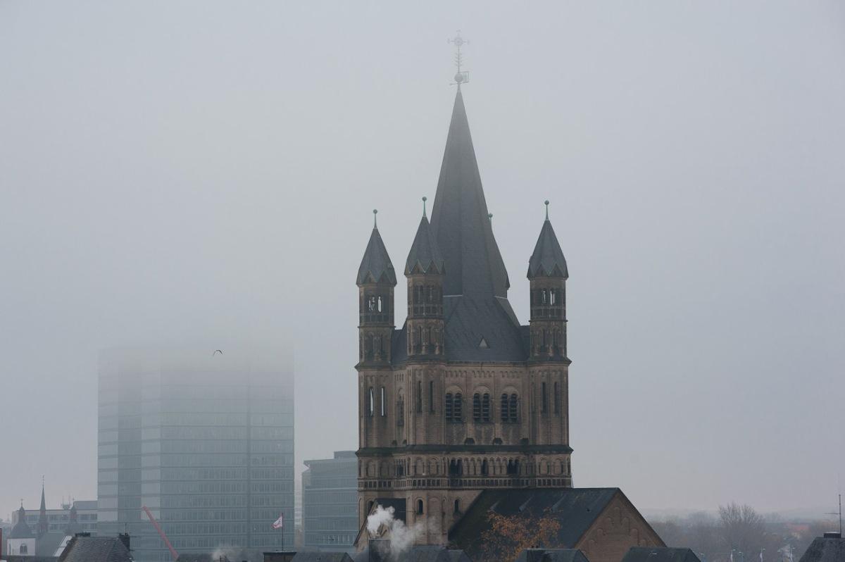 Kölner Skyline mit Nebel
