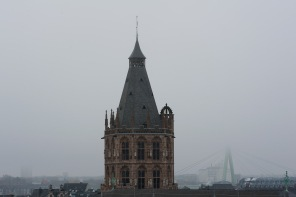 Kirche im Nebel umhüllt
