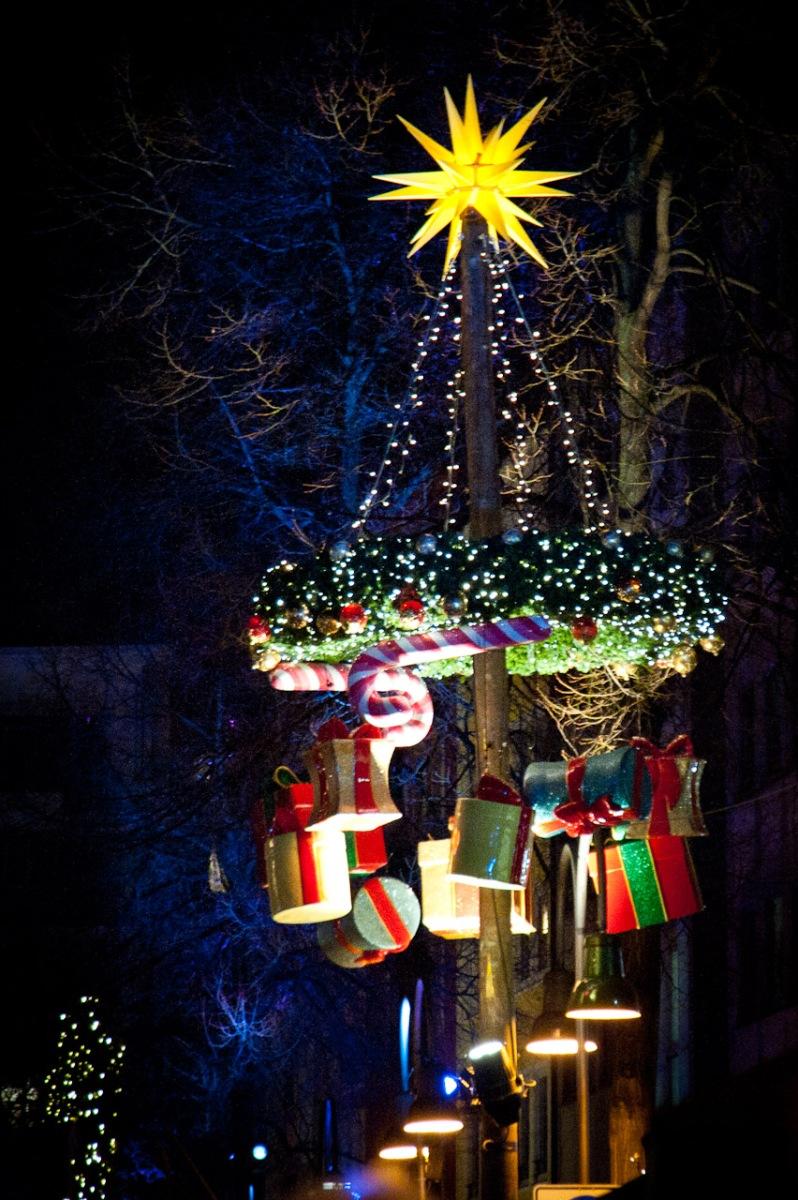 Mit Geschenken geschmückter Baum auf dem Weihnachtsmarkt am Alter Markt