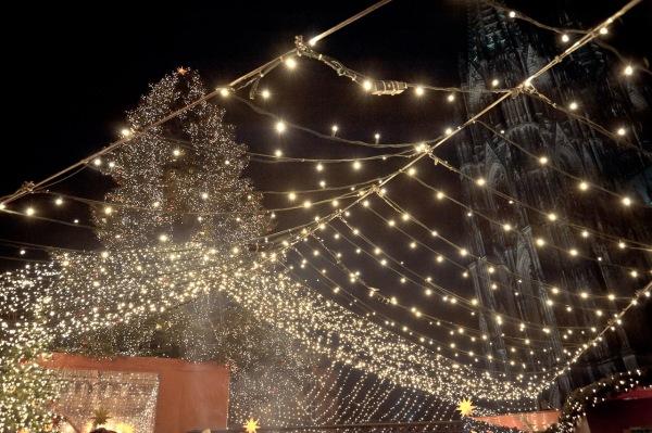 Der Kölner Dom ist selbst in der Dunkelheit zu erkennen