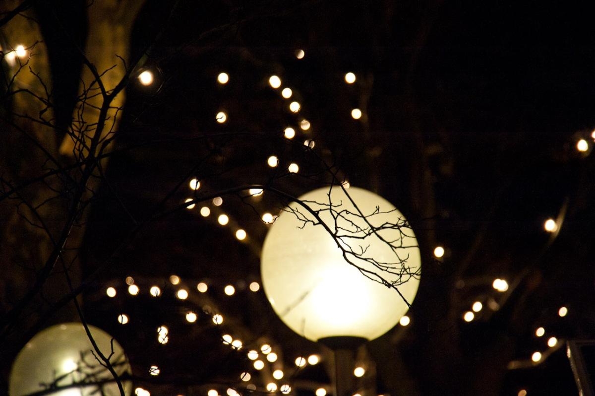 Straßenlaterne geschmückt mit Lichterketten auf dem Kölner Weihnachtsmarkt