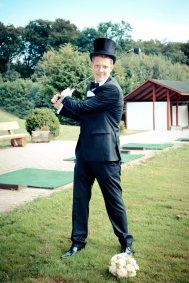 Bräutigam schlägt ein paar Bälle auf dem Golfplatz