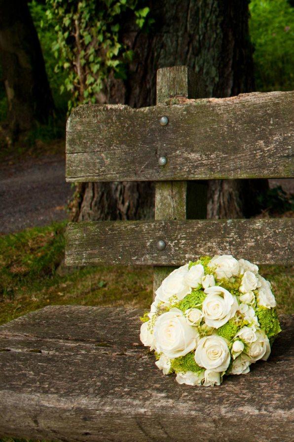 Einsamer Brautstrauß in der Natur