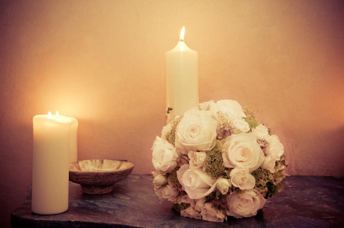 Brautstrauß bei Kerzenlicht