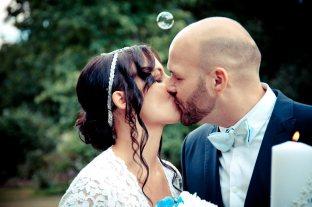 Brautpaar küsst sich innig