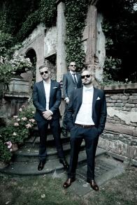 Männergruppe in cooler Pose am Hochzeitstag