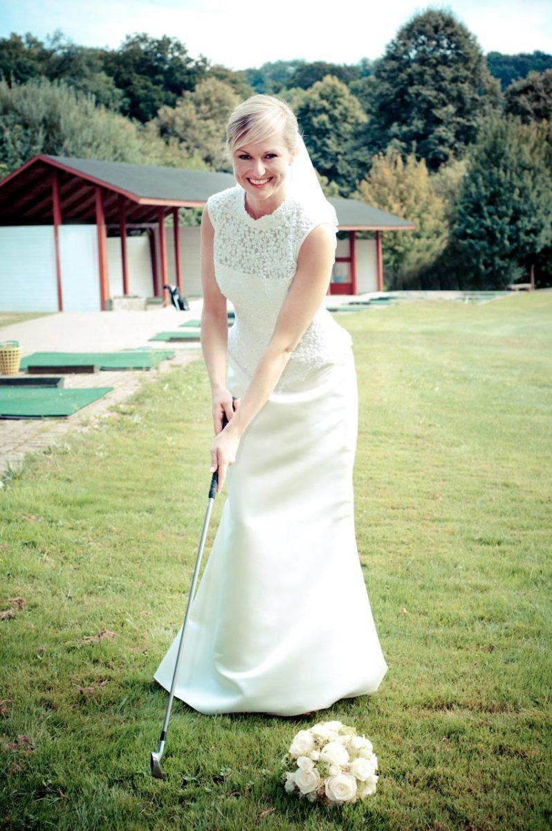 Braut schlägt ein paar Bälle auf dem Golfplatz