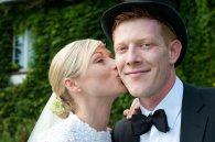 Verliebte Braut küsst Ihren Ehemann auf die Backe