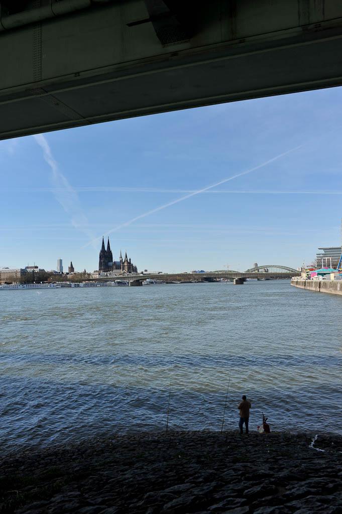 Ein Einsamer Angler versucht sein Glück am Rhein