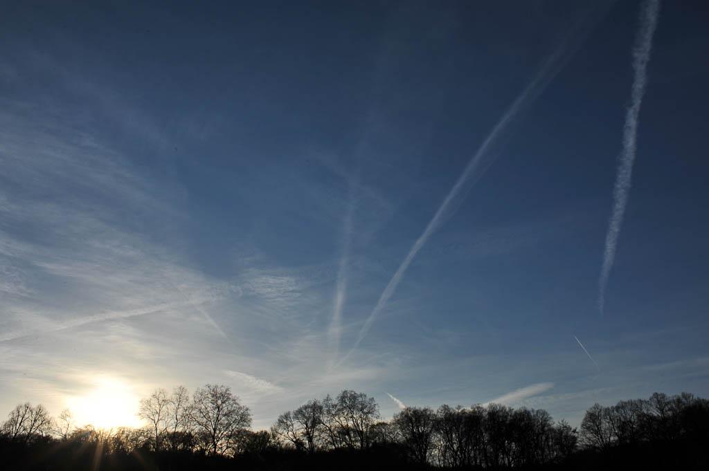 Immer wieder sind Kondensstreifen am Himmel zu sehen