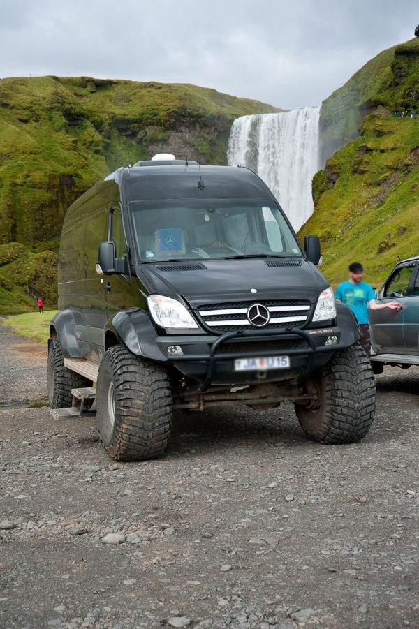 Umgebauter Sprinter mit großen Reifen ist der perfekte Begleiter auf Islands F Straßen