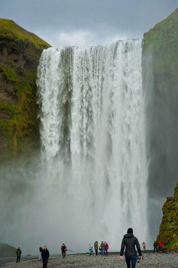 Menschenmassen fotografieren Wasserfall in Island