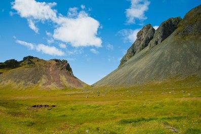 Hier blickt man zwischen zwei Berge