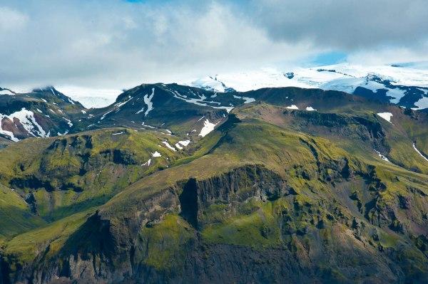 Die Bergspitzen sind von Schnee eingenommen