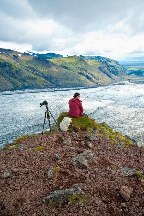 Kollege gönnt sich eine Verschnaufpause beim Fotografieren der Landschaft Islands