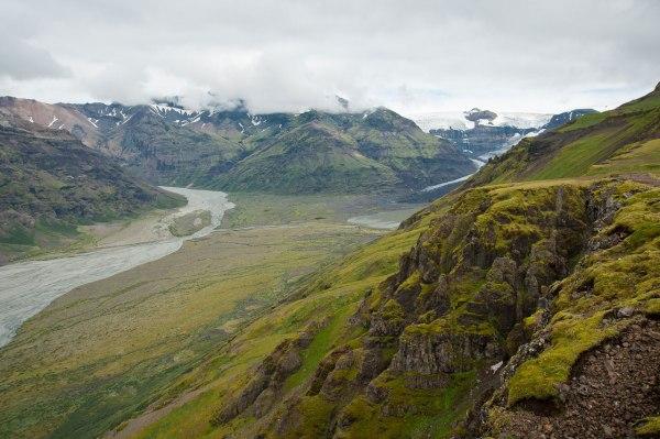 Im Südosten Islands erstrebt sich der Skaftafell Nationalpark