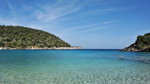 Türkisfarbenes Wasser am Mittelmeer in Griechenland