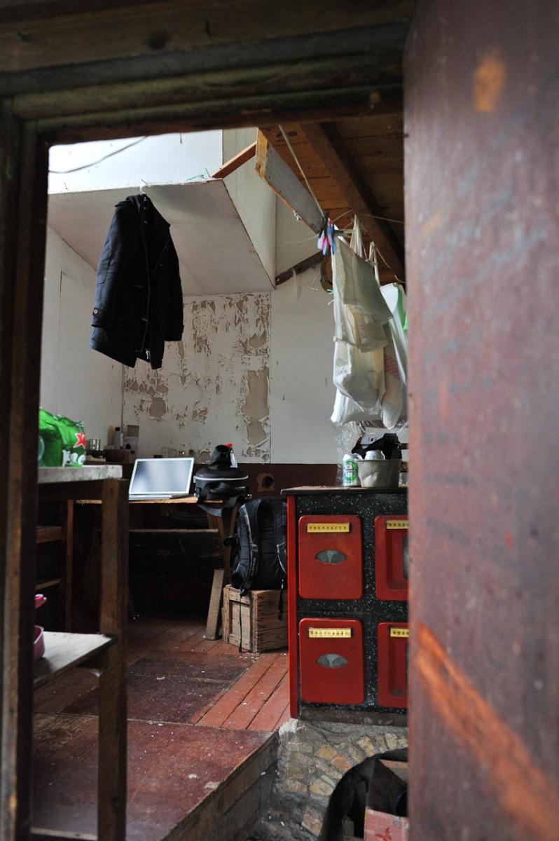 Blick in den Eingang der Hütte