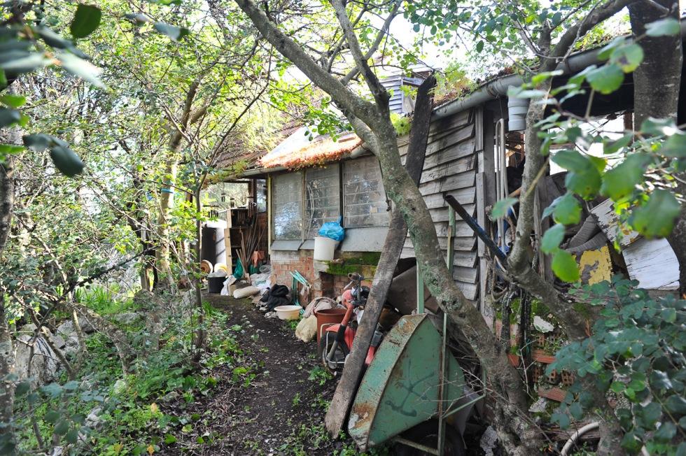 Vor dem Eingang zur Hütte befand sich die Werkstatt