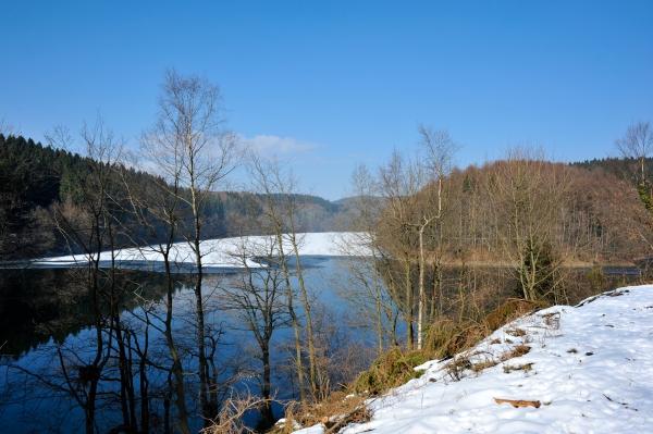 Schnee dominiert die Landschaft der Aggertalsperre