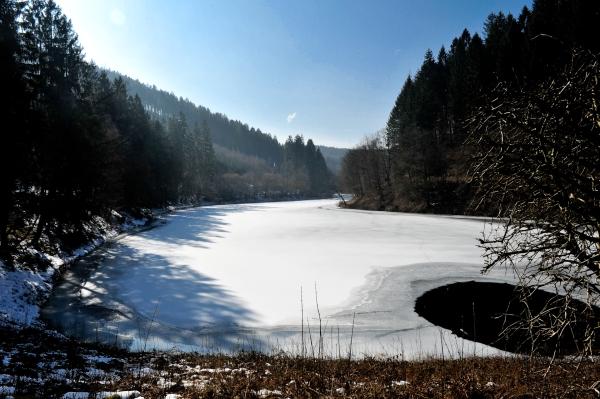 Eis bedeckt die Aggertalsperre bei Gummersbach