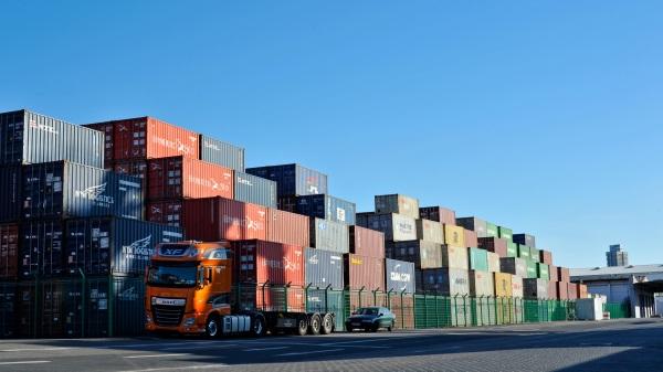 Containerhafen und Drehangel zur Welt ist der Westkai nur einer von vielen kommerziellen Stellen, doch wichtig für den Binnenverkehr Deutschlands.